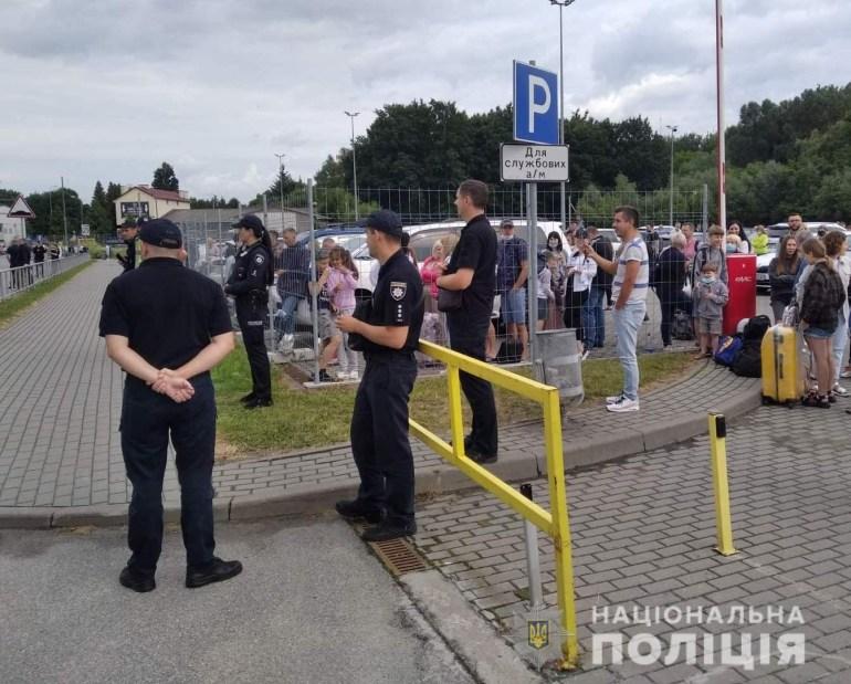 В аеропорті Львова підірвали схожий на вибухівку предмет, який виявися сумкою з ноутбуком пасажирки