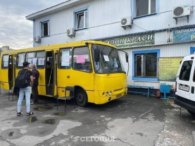 У Києві почали працювати мобільні пункти вакцинації від COVID-19 — це намети та звичайні маршрутки [фото]