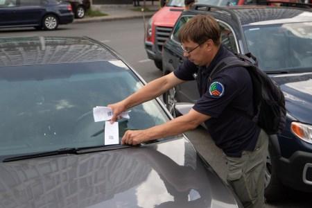 У Києві почали робити платним паркування на окремих вулицях (тариф — 5 грн в годину, 70 грн на день)