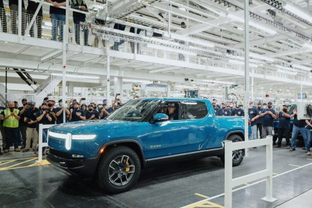 Rivian наконец выпустил первый серийный электромобиль — это пикап R1T в фирменном цвете Rivian blue