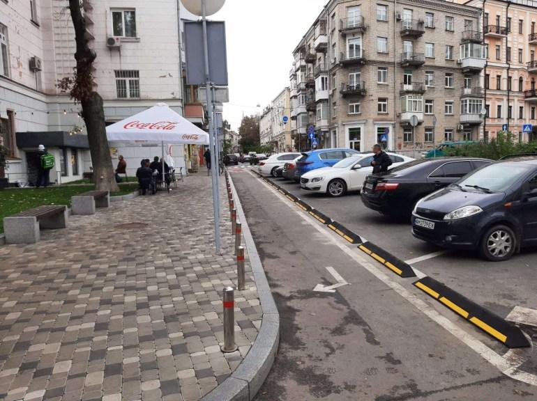 Уряд схвалив зміни в ПДР для велосипедистів, а у Києві вперше встановили гумовий борт для відокремлення велосипедної смуги