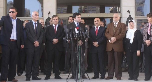 رفض عارم في غزة لقرارات الحكومة بشأن الموظفين
