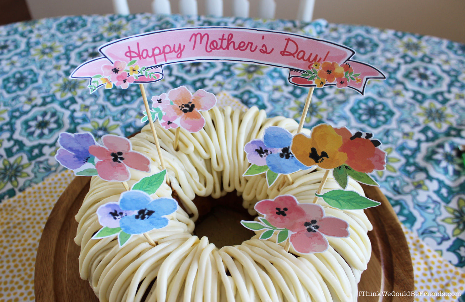 Looking for Mother's Day Cake ideas? This is a FUN, EASY and CHEAP cake topper that makes a BIG impact! Just print, cut-out the flowers and banner, glue or tape onto skewers and stick into your cake! You can use a homemade cake, store bought or even use cupcakes! #mothers #day #cake #ideas #free #printable #topper #decoration #floral #flowers #easy