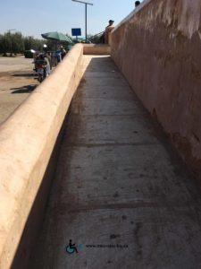 La rampe est assez large pour le passage d'un fauteuil.