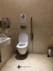 Les toilettes sont parfaitement accessibes, avec lavabo plat et assez d'espace pour être à deux dans le toilette.