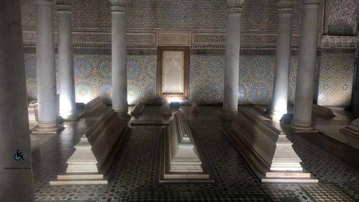 Pour voir les tombeaux, il faut se faire une place parmis les dizaines de touristes et descendre une marche très haute.