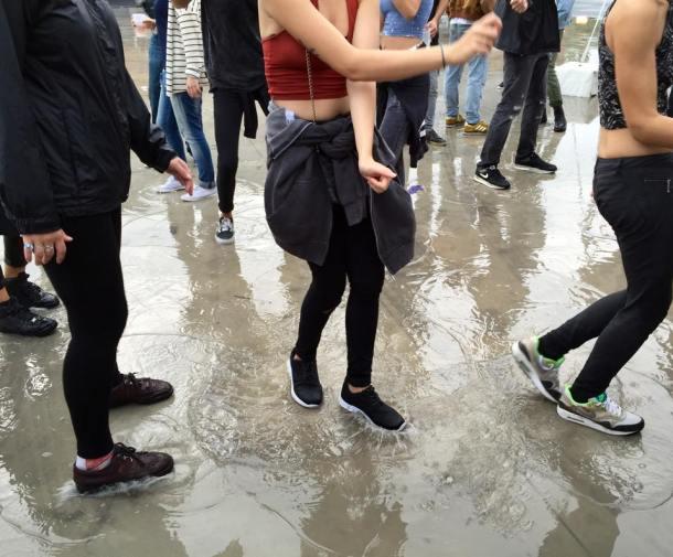 Rien n'arrête les festivaliers, surement pas les flaques d'eau