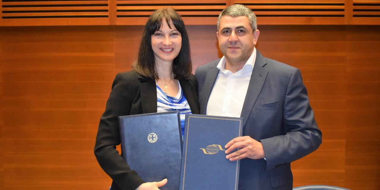 Η Υπουργός Τουρισμού Έλενα Κουντουρά και ο ΓΓ του Παγκόσμιου Οργανισμού Τουρισμού Ζόραμπ  Πολολικασβίλι υπέγραψαν συμφωνία για την κορυφαία διοργάνωση στην Ελλάδα της Διεθνούς Συνάντησης για τον Τουρισμό στο Δρόμο του Μεταξιού
