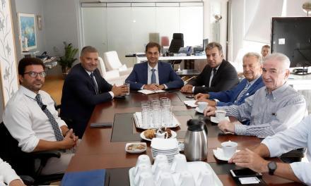 Την ανάγκη κατάρτισης  θεσμικού πλαισίου για τον ιατρικό τουρισμό συζήτησαν σήμερα ο Υπουργός Τουρισμού κ. Χάρης Θεοχάρης και ο Υφυπουργός κ. Μάνος Κόνσολας με το διοικητικό συμβούλιο της ΕΛΙΤΟΥΡ