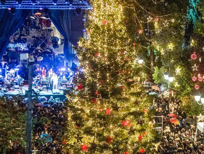 Άναψε το Χριστουγεννιάτικο δέντρο της Αθήνας στο Σύνταγμα