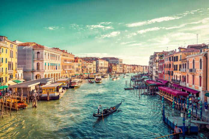 """Οι πλημμύρες """"βύθισαν"""" τον τουρισμό της Βενετίας"""