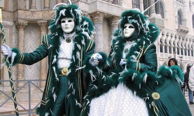 """Οι πλημμύρες """"δοκιμάζουν"""" φέτος τον τουρισμό στο καρναβάλι της Βενετίας"""