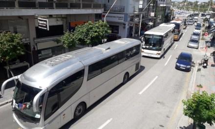 Με μαύρες σημαίες, δεκάδες τουριστικά λεωφορεία στον Βόλο σε εντυπωσιακή διαμαρτυρία (photos,video)