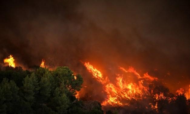 Ανάμεσα σε φλόγες και κρούσματα