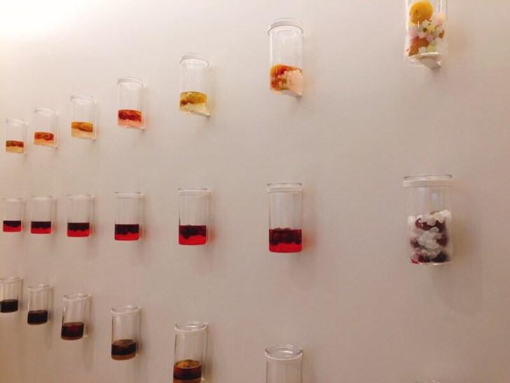 壁面に並んだ梅ボトル