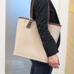 クロックスの新素材のバッグは『wrap ColorLite bag(ラップ カラーライト バッグ)』はレザーの質感、羽の軽さのトート