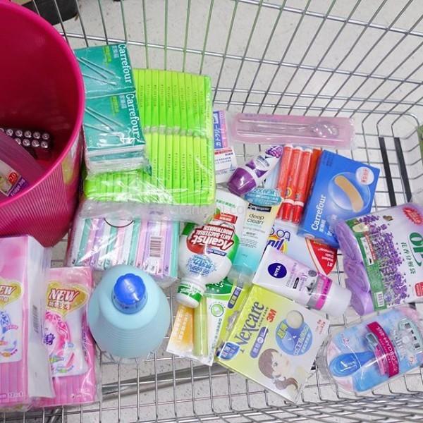 #カルフール ( #家楽福 )で娘の買い物。生活するとなると色々と必要になる。ゴミ箱やゴミ袋、お茶を作っておく冷水筒、よく食べこぼすので(笑)漂白剤、箸やスプーン&フォークなどなど。これにカップスープとインスタントラーメンと鎮痛剤を買った。#台湾 #台北 #大学 #留学
