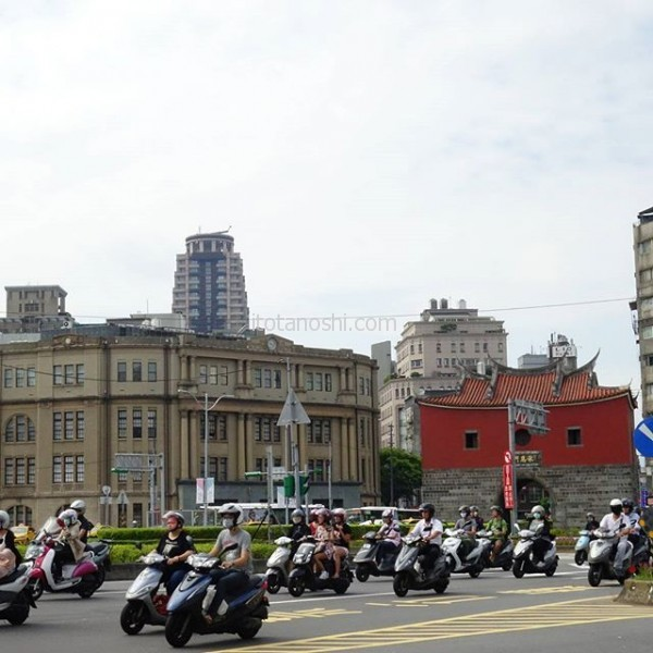 #台北 の #朝 の #風景 。信号が変わると一斉にバイクが走り出すよ。#台北駅 近くの #北門 と #台北郵便局 の前の交差点にて。今朝は風があるので、日陰は爽やか。かなー。動くと汗だくww#台湾