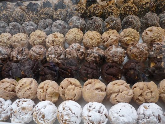 A case full of Schneeballen pastries