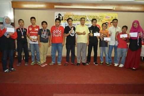Pemenang-pemenang bagi setiap kategori bergambar bersama YB Shafie