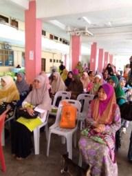 Mendengar ceramah kesihatan sempena program Muslimat Sihat Anggun