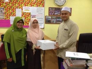 Wakil Ameerah Serdang menyampaikan kek Hari Guru kepada Pengetua Sekolah Ar Rahman