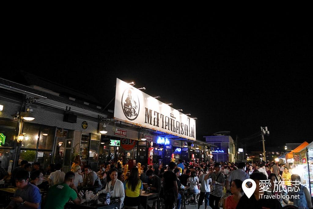 《曼谷夜市集景》拉差达火车夜市 Train Night Market Ratchada:交通方便,MRT地铁捷运站出口就到!