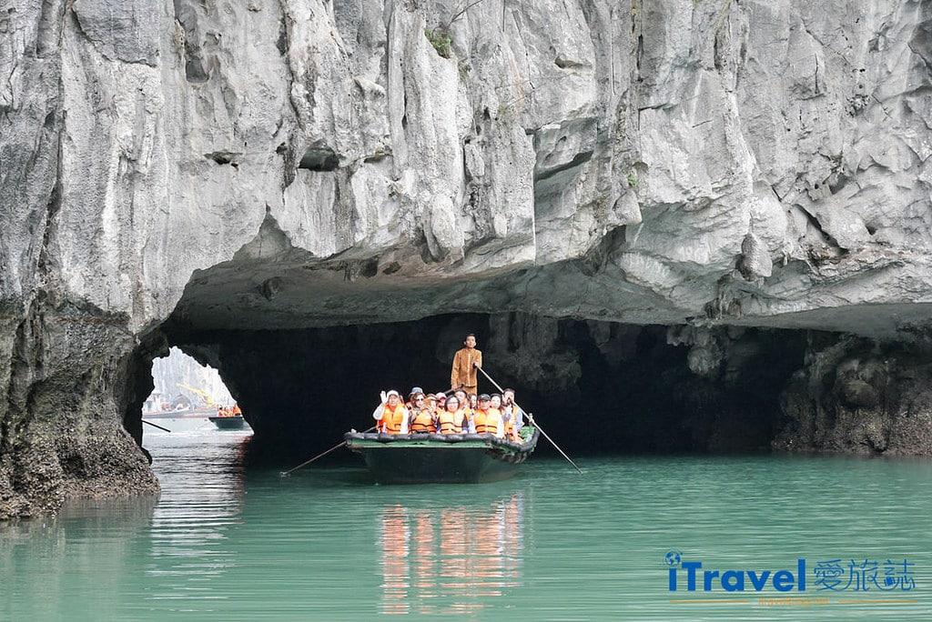 《下龍灣景點推薦》穿洞:搭乘遊船探訪別有洞天的世外桃源