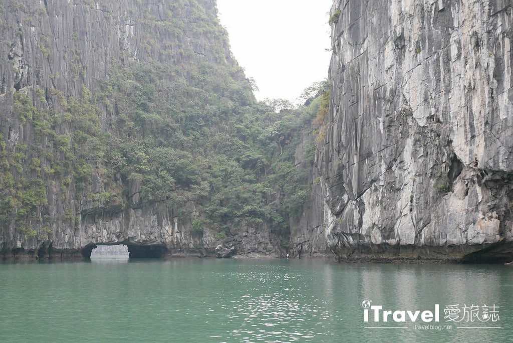《下龍灣景點推薦》穿洞 Hang Luon:廣寧搭乘遊船穿越洞穴,欣賞別有洞天的世外桃源