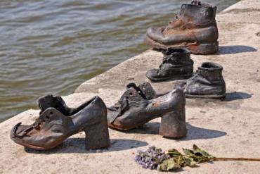 Τα παπούτσια του Δούναβη: Το συγκινητικό μνημείο στη Βουδαπέστη - iTravelling