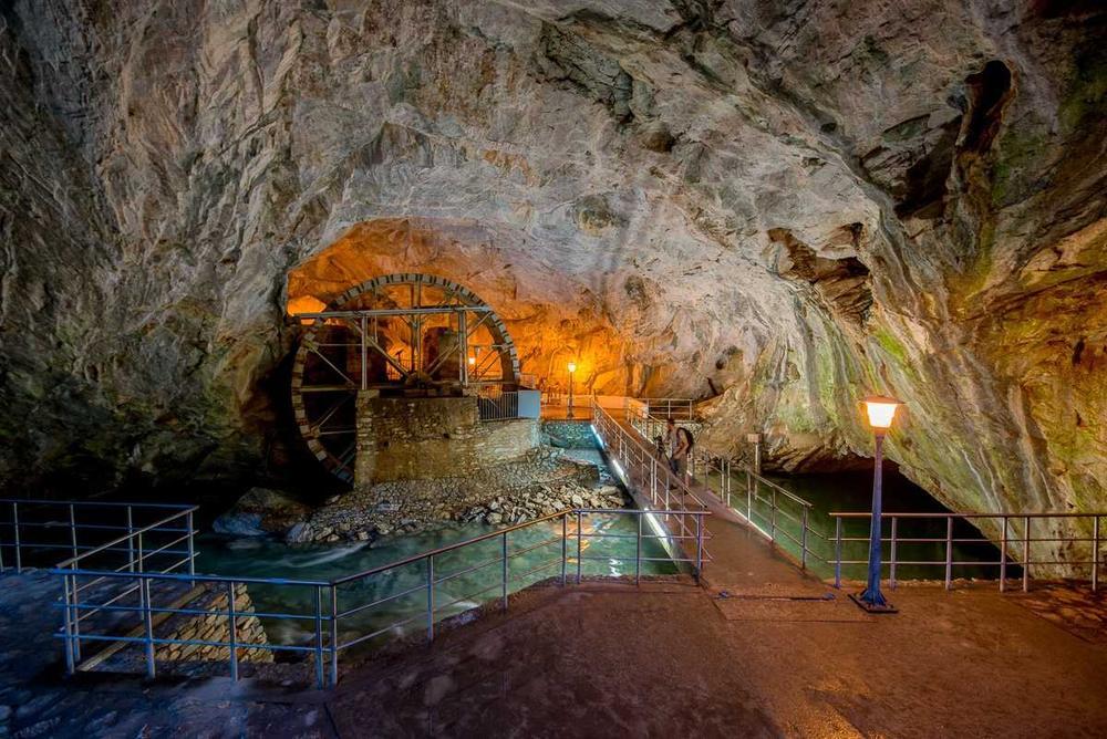 Επίσκεψη στο σπήλαιο των Πηγών του ποταμού Αγγίτη - itravelling.gr