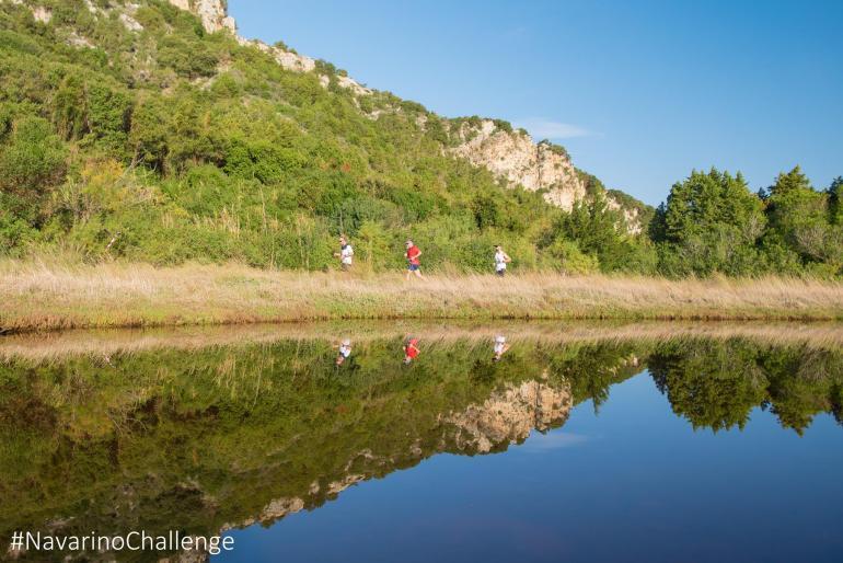 Οι δρομείς του Navarino Challenge διασχίζουν την παραλία της Βοϊδοκοιλιάς (photo by Elias Lefas) - itravelling.gr