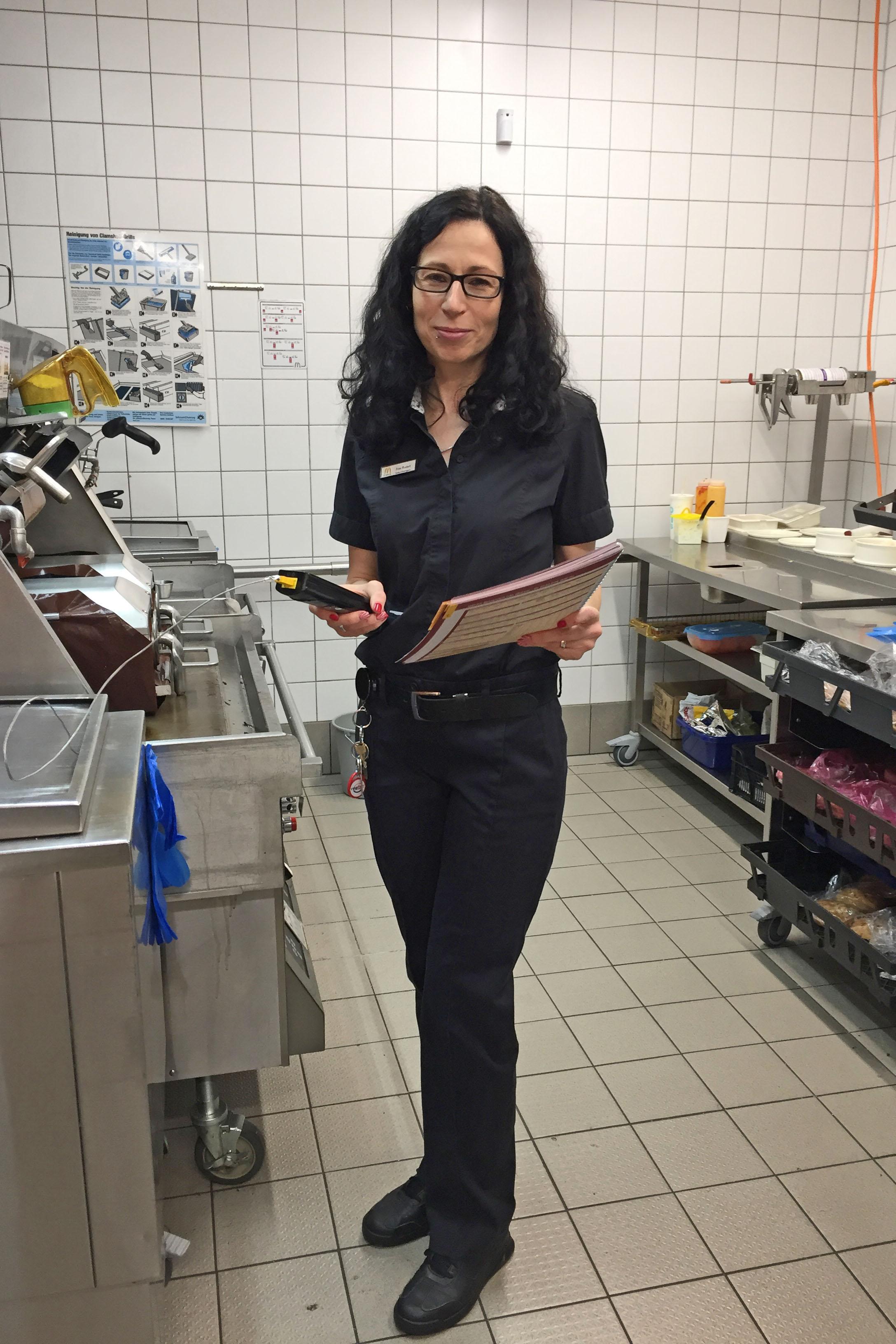 Heike Rudert war vor 20 Jahren eine der ersten Auszubildenden im Beruf Fachmann-/frau für Systemgastronomie. Heute leitet sie eine eigene McDonald's-Filiale.
