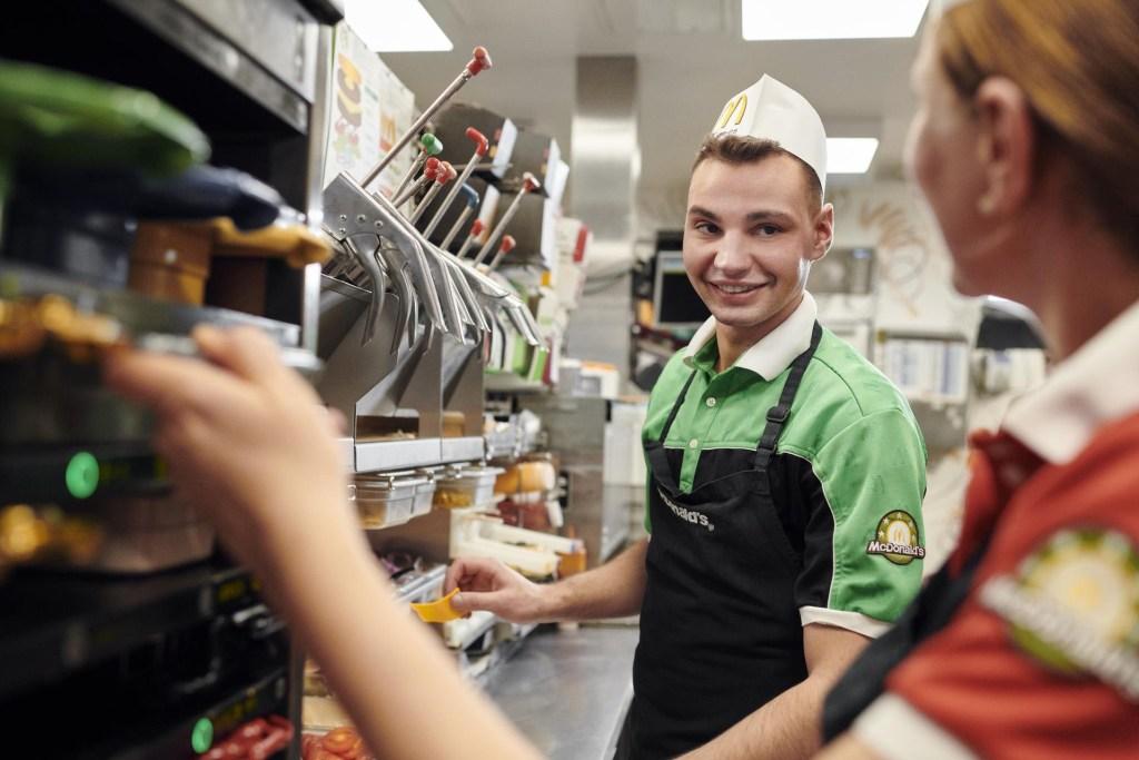 Während ihrer Ausbildung lernen die jungen Leute alle Stationen des Restaurants kennen.