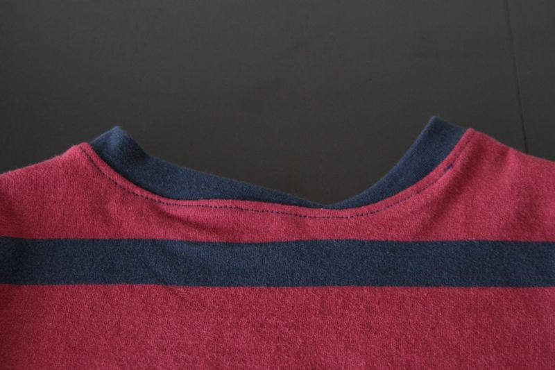 Crooked neckbinding on the back of the shirt