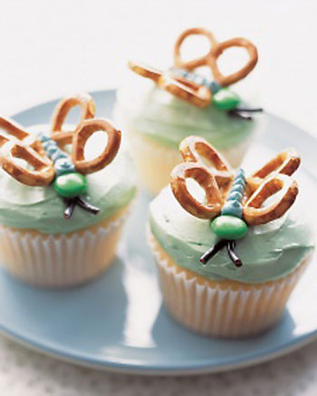 Easy birthday cake idea - cupcakes with butterflies on them made from candy and pretzels