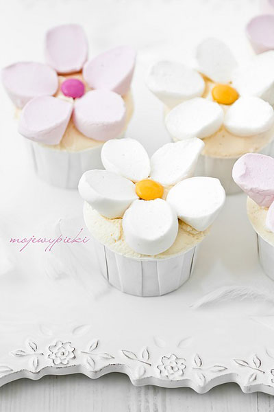 Cupcakes with flowers made from cut marshmallows