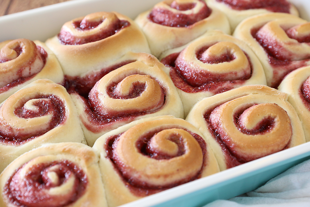 These sweet raspberry rolls with cream cheese frosting are absolutely amazing! Like cinnamon rolls but better. Click through for the recipe and instructions.