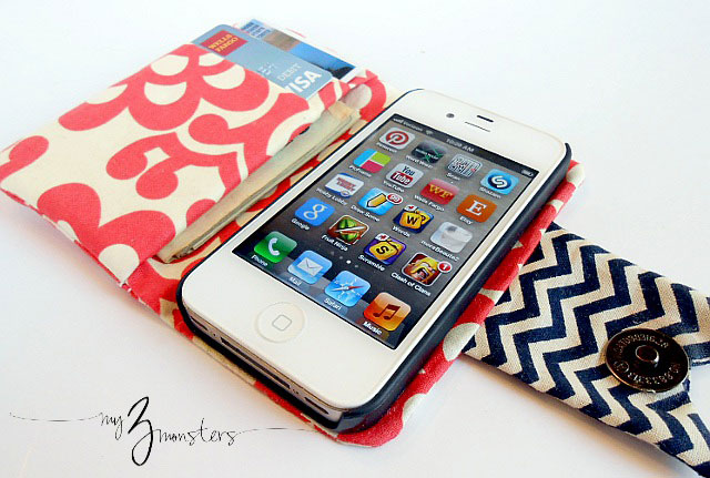 iphone wallet made from fabric with phone and credit cards in it