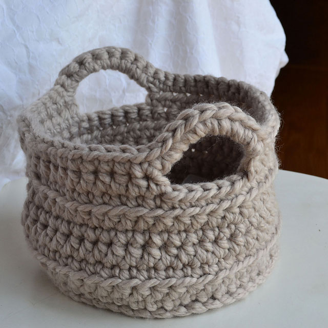 Small crochet basket with handles