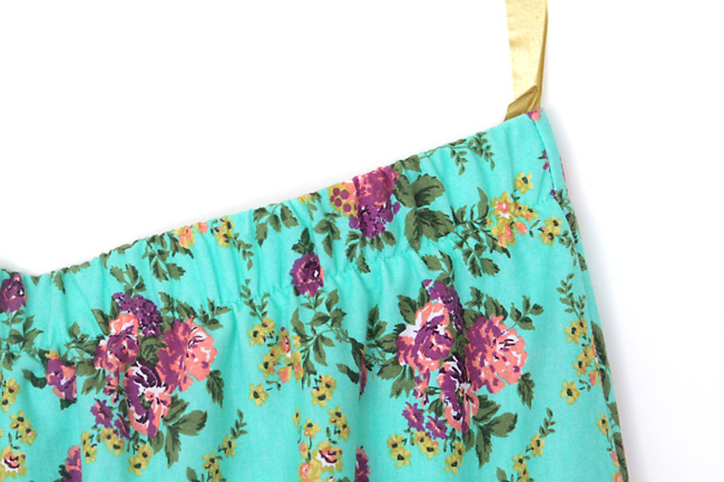 this easy women's DIY skirt only takes 1 yard of fabric and an hour to make! great sewing tutorial.