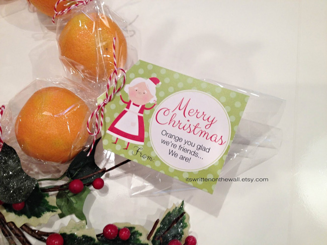 Oranges wrapped in cellophane as a gift with printable Merry Christmas tag
