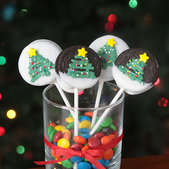 Easy and adorable Christmas tree Oreo pops. Fun to make with the kids! Would be a cute Christmas gift.