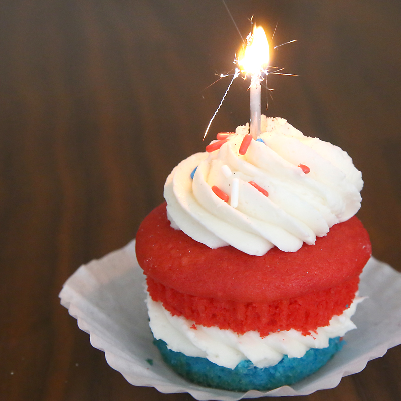 So cute! Red, white, and blue cupcakes for the 4th of July! Easy dessert idea for July Fourth.