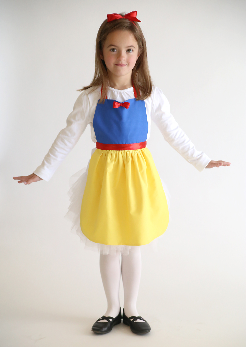So adorable! Get the free PDF sewing pattern for this easy to make Snow White princess dress up apron in sizes 2-8 to fit any little girl! Easy DIY Snow White costume or dress up. Great handmade Christmas gift idea. More princess dress up apron patterns on this site too