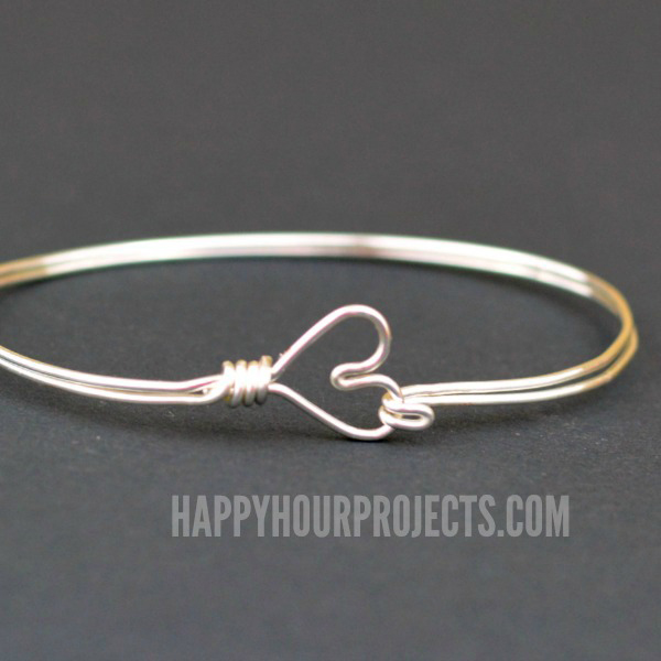 Cheap homemade gift idea: DIY wire bracelet with heart closure