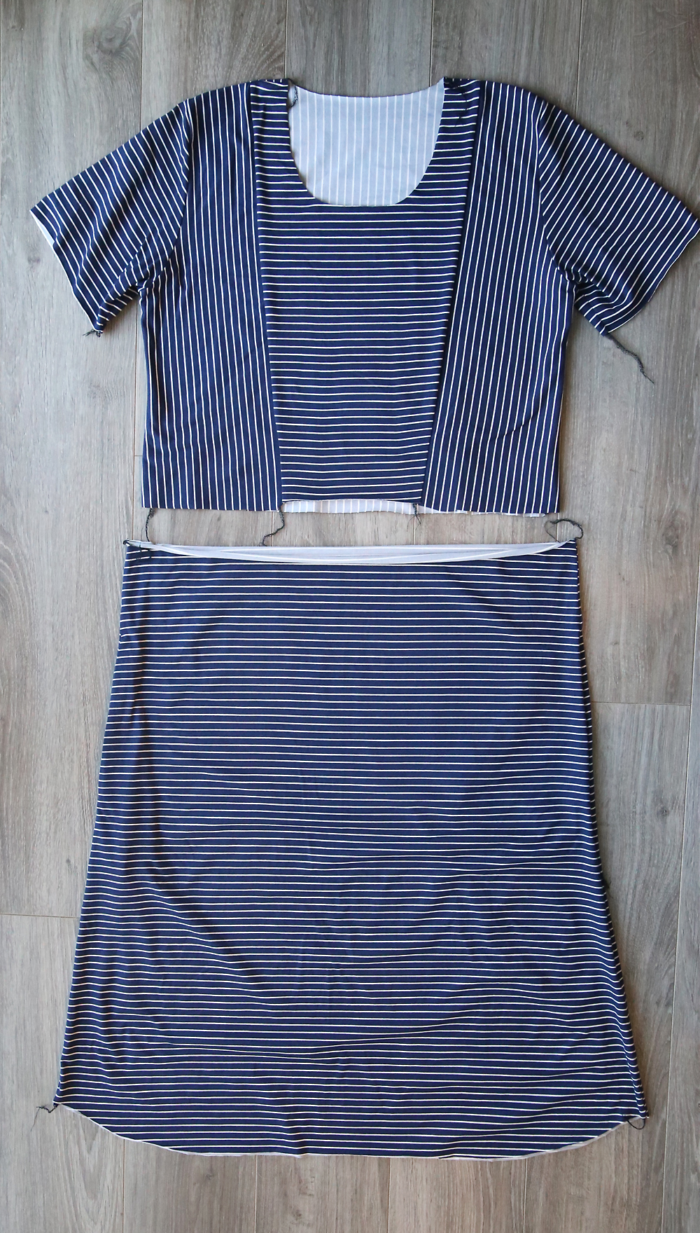Cute dress! Click through for a free sewing pattern and tutorial in women's size large for this striped midi tee shirt dress.