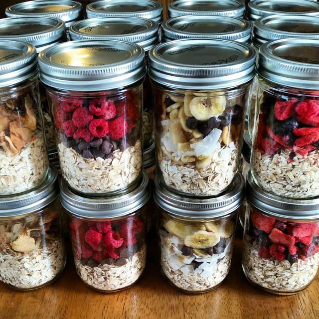 Instant oatmeal in jars with fruit and chocolate