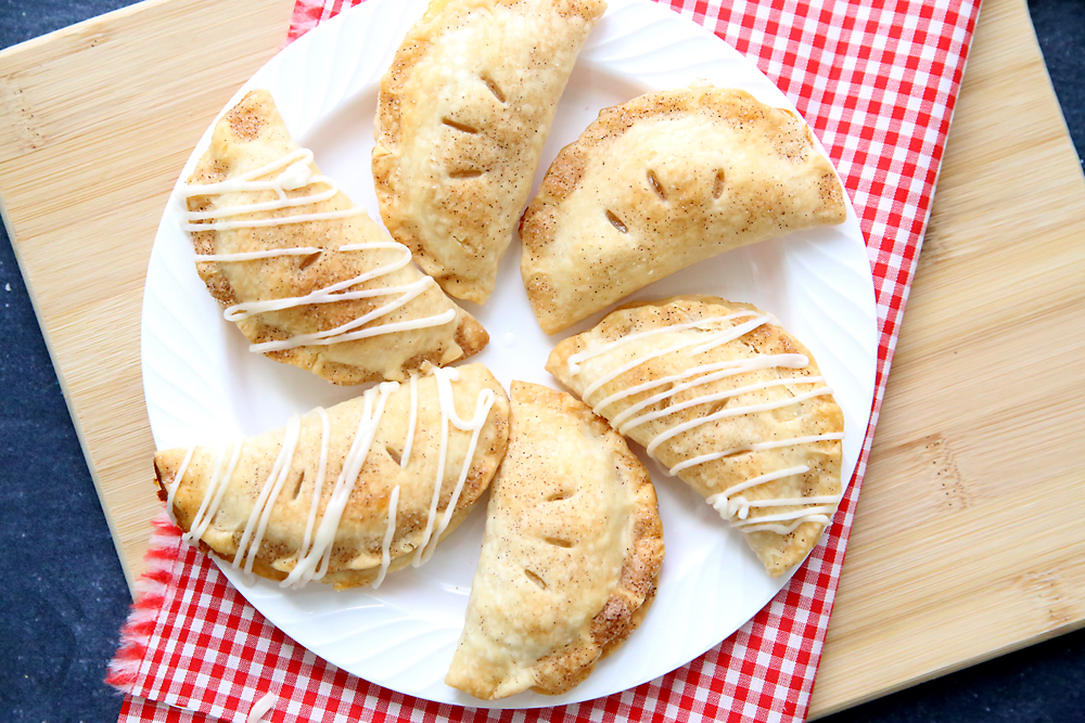 These little apple pie bites are amazing! Flakey and delicious. You'll love this super easy recipe for single serve individual apple hand pies.