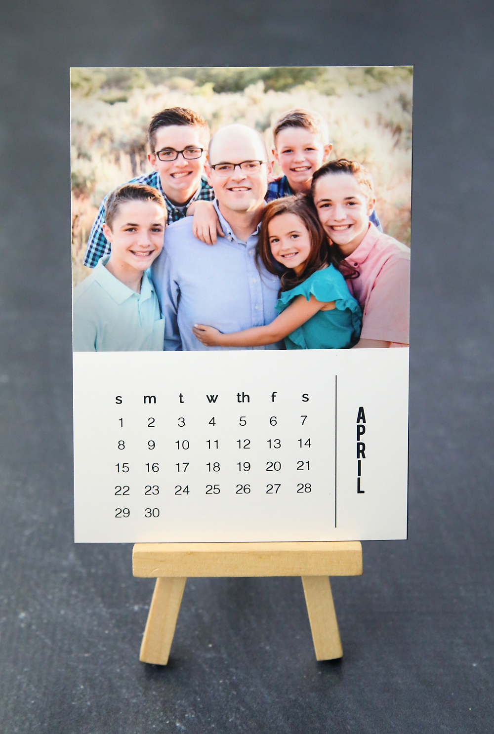 Photo gift idea: Mini photo calendar on a small easel